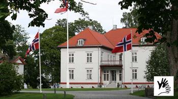 Bilde av Eidsvoll med et lite tegnspråksymbol i høyre hjørne